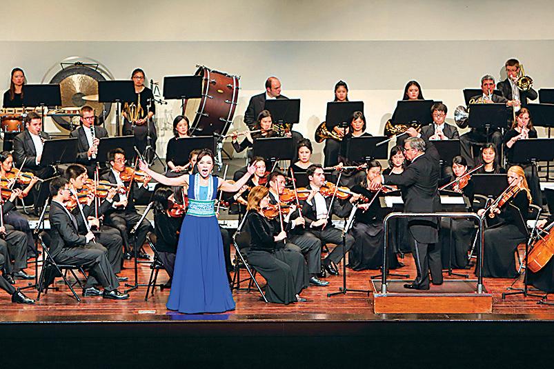 神韻交響樂團在台灣首場演出大受歡迎,結束時全場起立鼓掌,圖為女高音歌唱家耿皓藍。(林仕傑/大紀元)