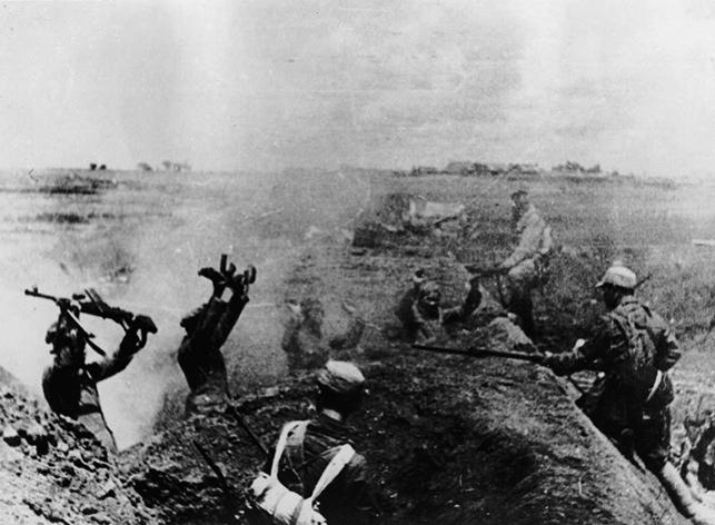 1949年中共暴力篡權,建立世界上最邪惡的共產國家。圖為1949年5月21日淞滬戰役中共紅軍刺殺國民黨戰俘。(Hulton Archive)