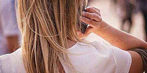 用iPhone打電話應該用右手