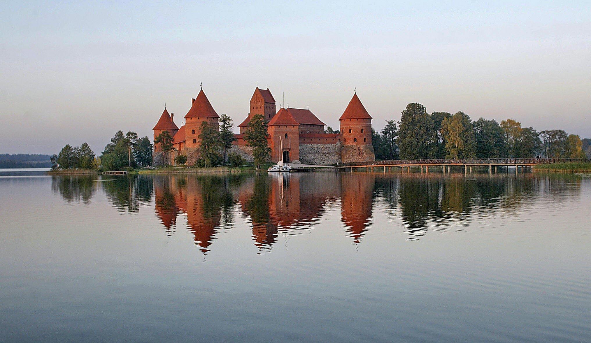 位於立陶宛Galvė湖島上的特拉凱城堡。(PETRAS MALUKAS/AFP/Getty Images)
