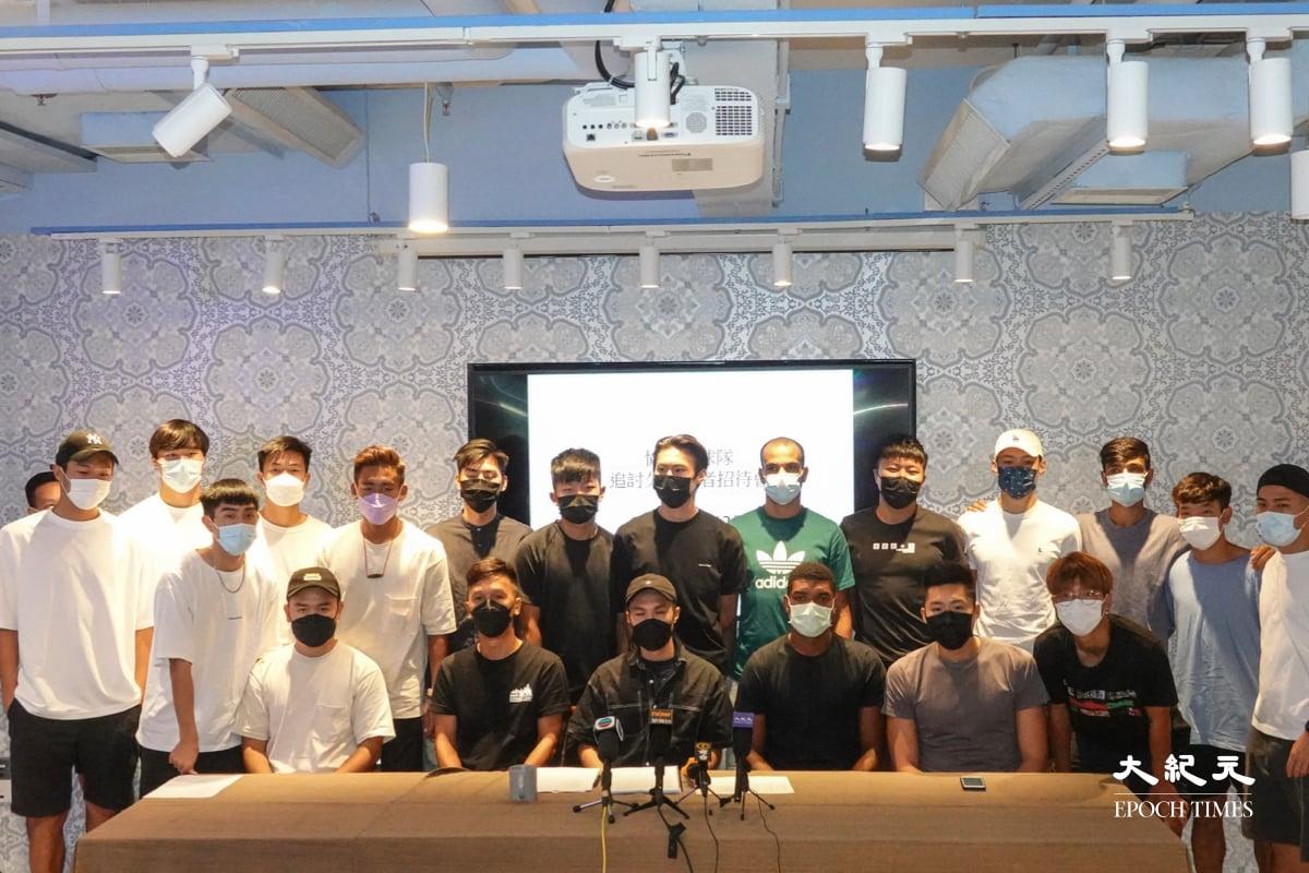 愉園足球隊職球員舉行記者會向會方追討欠薪,圖中為球員代表林毅東。(余鋼/大紀元)