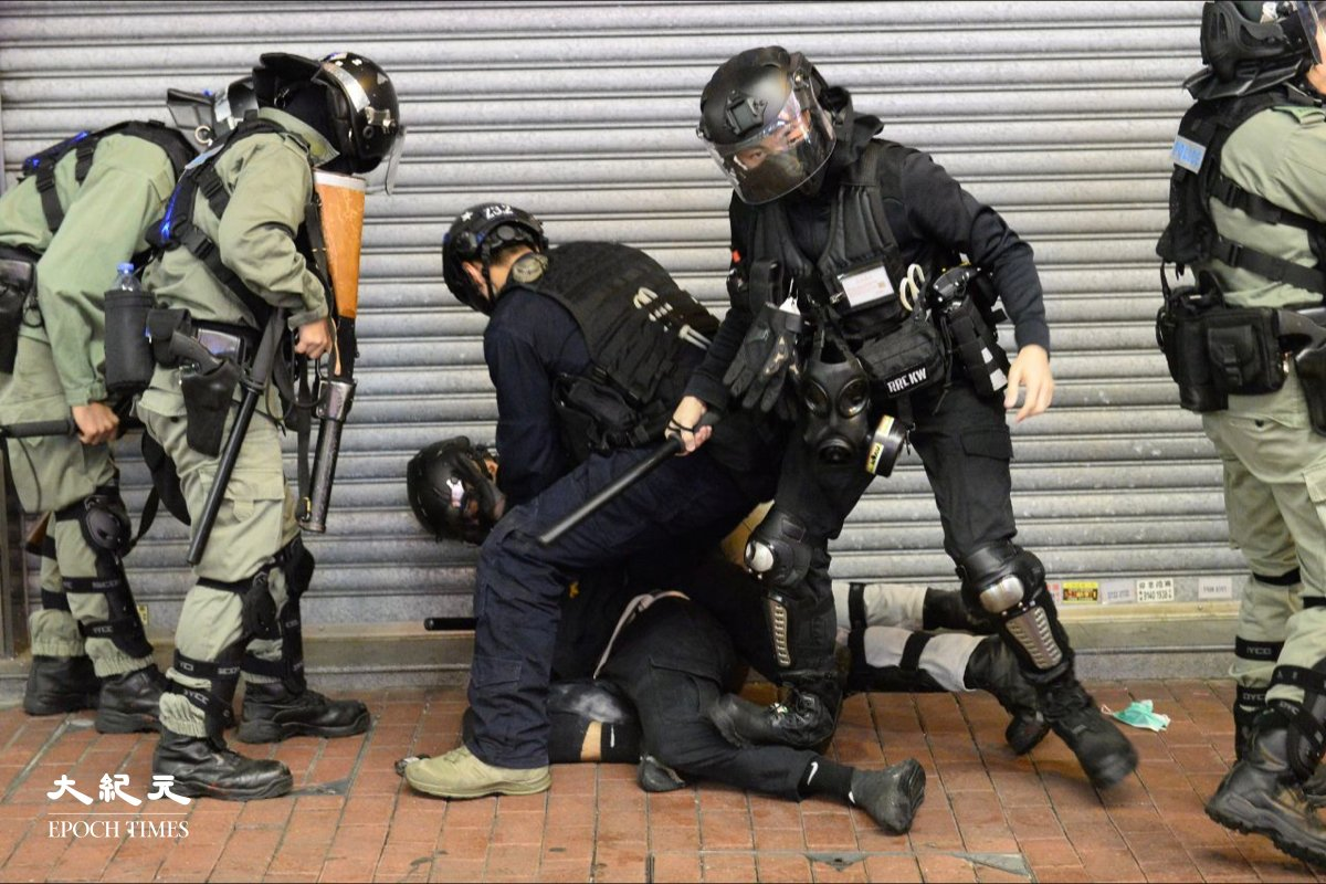 2019年9月11日,警方在旺角街頭拘捕市民。(Photo by ALAIN JOCARD/AFP via Getty Images)