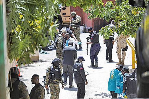 7月7日,海地總統莫伊茲於自宅遇刺身亡,警察和法醫在總統府外尋找證據。 (Getty Images)