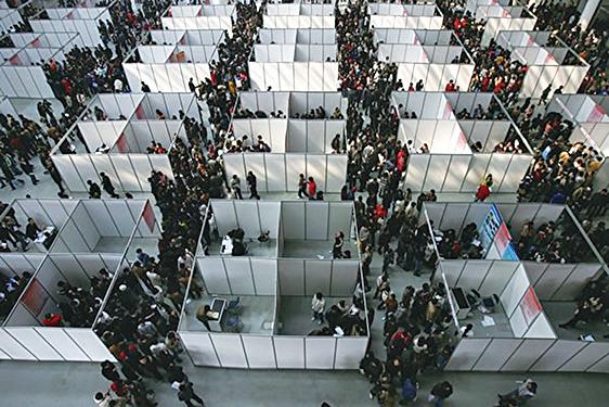中共百年經濟陷入嚴峻困境,大陸就業面臨壓力山大。圖為招聘會資料圖。(ChinaFotoPress/Getty Images)