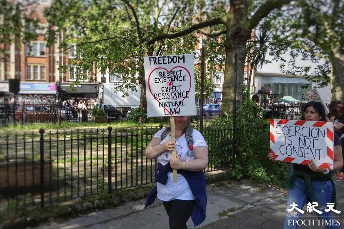 當地民眾對疫情看法與港人截然不同。圖為5月29日倫敦反防疫示威。(文苳晴/大紀元)