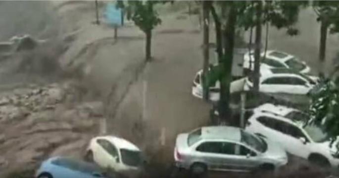山西山洪爆發 超百輛車被水衝走 多人失蹤
