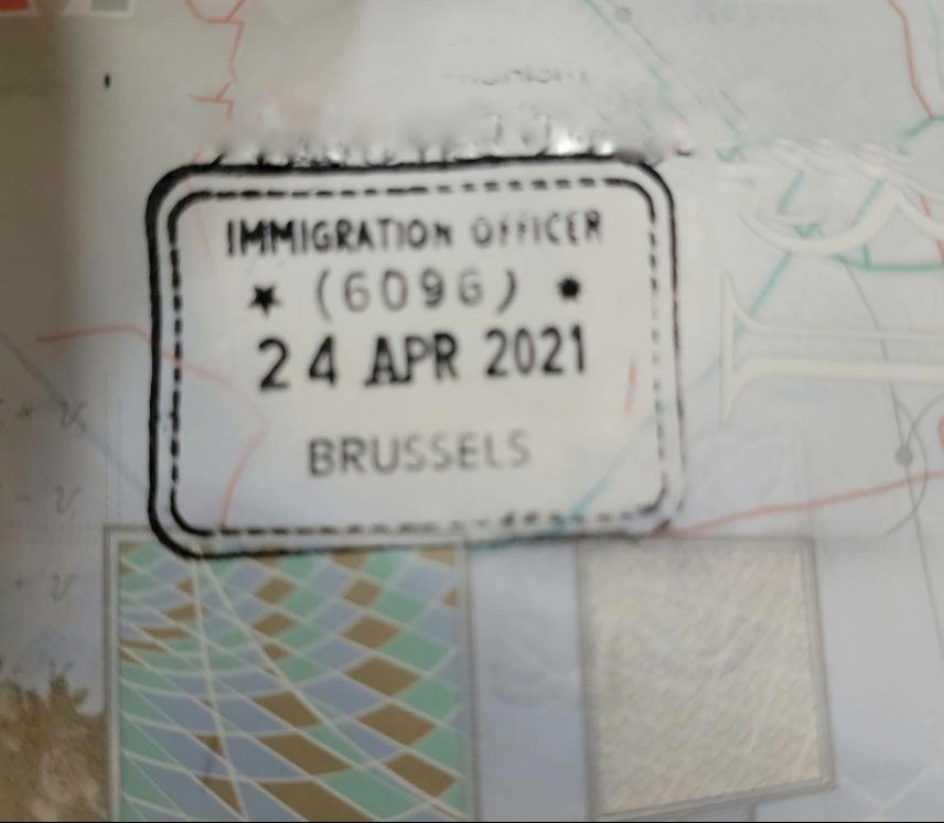 根據英國入境處理程序,以APP申請BNO簽證入境時無需蓋印。但英國一名移民關員在比利時布魯塞爾的一地兩檢入境站錯誤地蓋上印章。(受訪者提供)