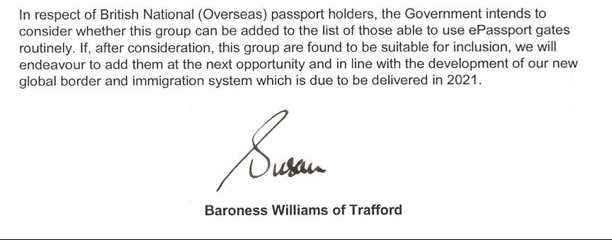 鄭文傑向本報展示一封由內政部反恐怖主義事務國務大臣威廉絲女男爵的回覆信函,指當局正致力讓BNO護照持有人在今年可使用自助入境系統(eGate)入境英國。(鄭文傑提供)