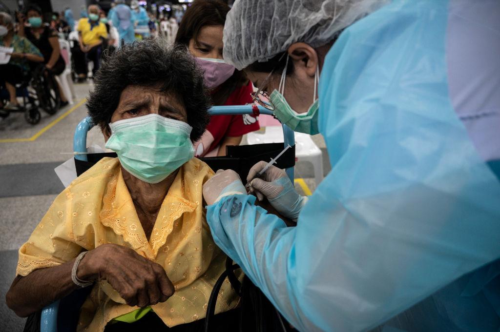 7 月 13 日,在泰國曼谷的一個疫苗接種中心,一名老年婦女正在接種AZ疫苗。 泰國衛生部長周12日表示,該國將開始為已經接種過中國科興疫苗的人補註一劑 AZ疫苗,以增強免疫能力。(Sirachai Arunrugstichai/Getty Images)