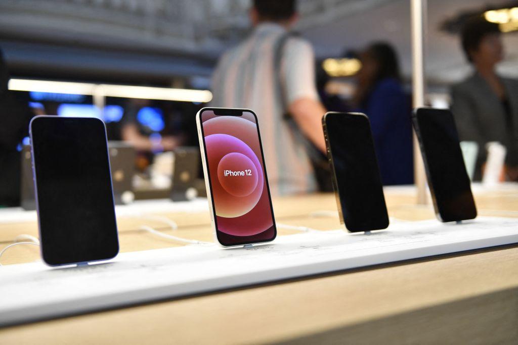 外媒引述消息人士指出,蘋果公司(Apple Inc.)已向供應商要求,下一代iPhone今年將預計生產約9千萬部,大幅增加20%。(PATRICK T. FALLON/AFP via Getty Images)