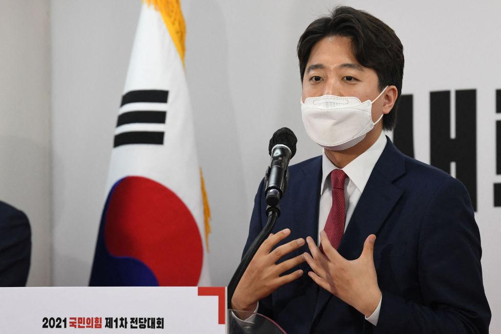 韓國最大在野黨國民力量黨領袖李俊錫7月12日會見了中共駐韓大使邢海明,向他轉達對中共人權問題的擔憂。圖為今年6月11日,他在其黨部發表講話。(KIM MIN-HEE/AFP via Getty Images)