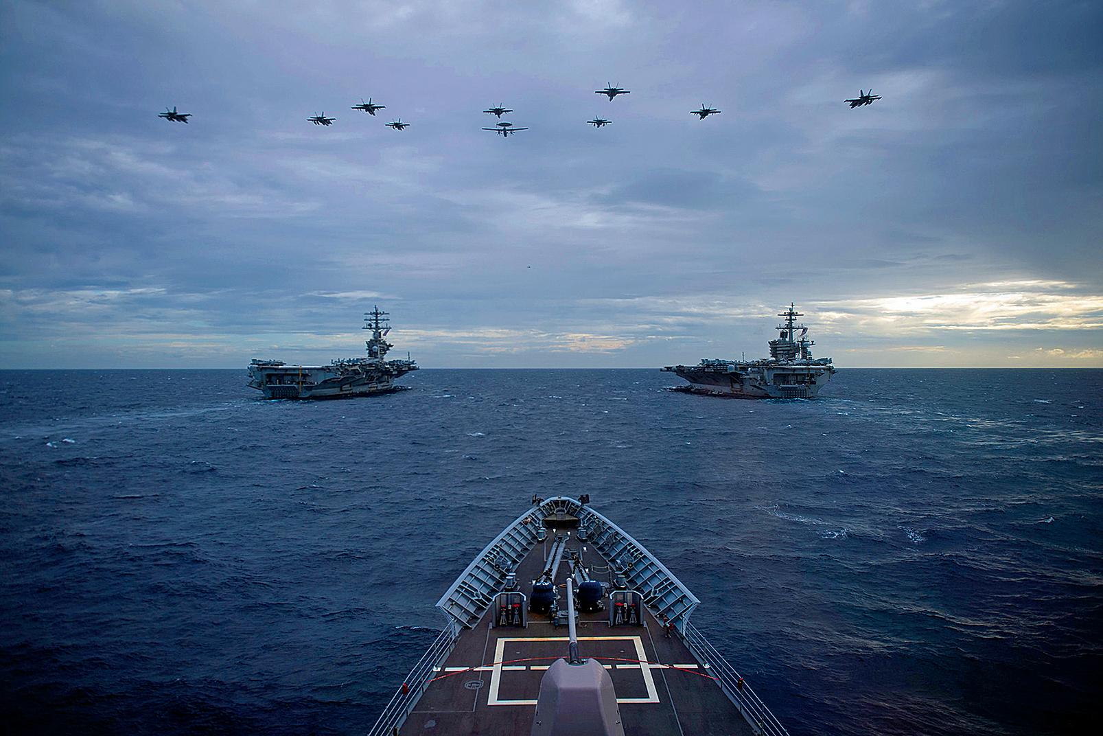 7月14日,美國國務卿布林肯重申,美國拒絕中共在南中國海提出的「非法」海洋主張。圖為2021年2月9日,美軍雙航母尼米茲號(CVN68)和羅斯福號(CVN71)在南海演練。(美國海軍)