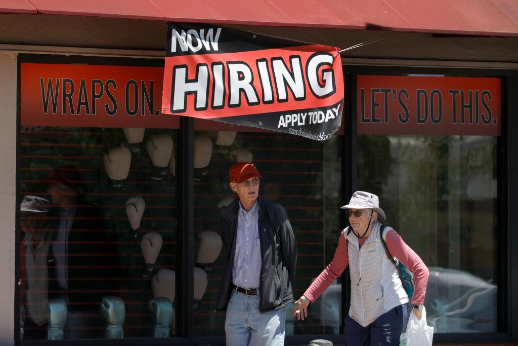 美國於當地時間7月15日公佈一周截至10/7的首領失業救濟金人數為36萬,按周減少了2.6萬人。(Justin Sullivan/Getty Images)