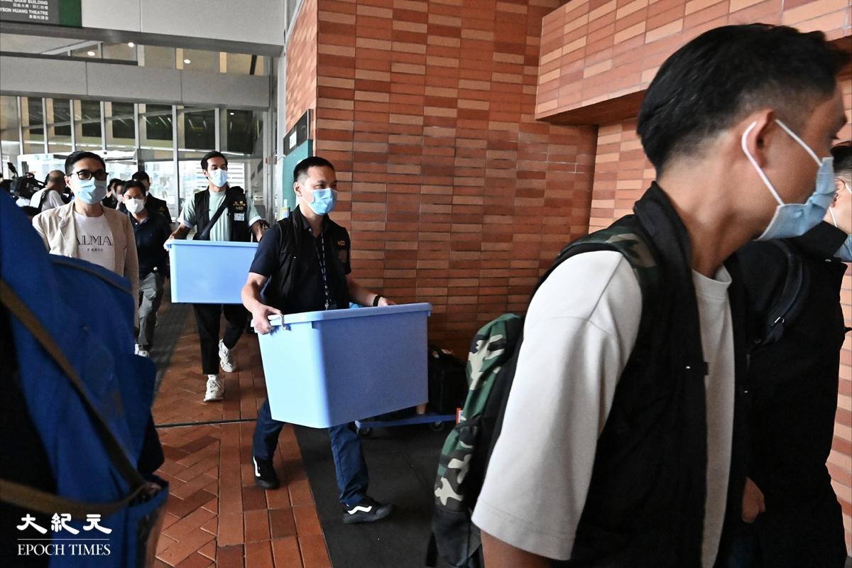 昨日(7月16 日)警方在港大學生會辦事處、學苑及校園電視會室搜證並帶走證物。(宋碧龍/大紀元)