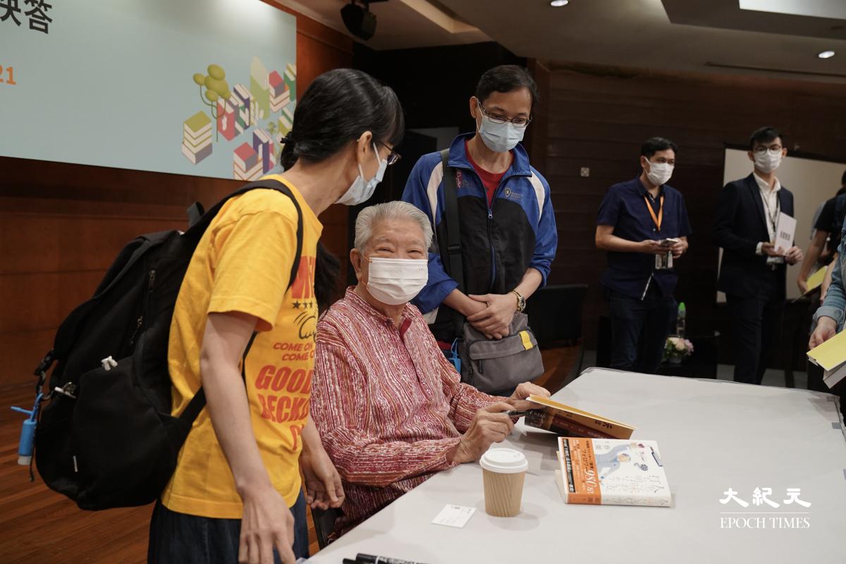 講座完結後蔡瀾亦為一眾書迷「簽書」及合照留念。(朗星/大紀元)