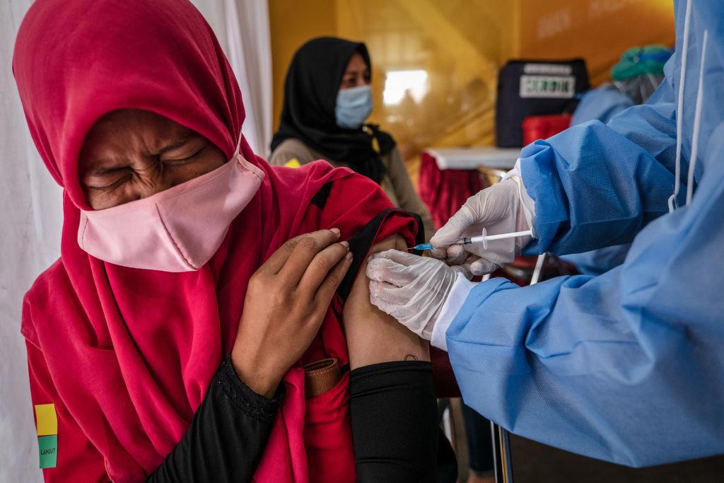 近日印度尼西亞疫情嚴重,中國產科興疫苗的功效再次引人關注。圖為今年3月2日在印度首都雅加達一名女性在接種科興疫苗。(Ulet Ifansasti/Getty Images)