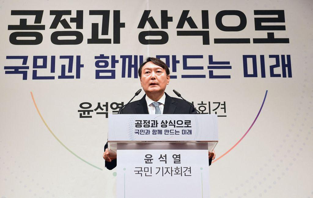 針對韓國下屆總統熱門候選人尹錫悅有關外交和安保立場的言論,中共駐韓大使邢海明公開表示批評,引發中共干涉韓國大選的爭議。圖為尹錫佑6月29日在首爾宣佈參加2022年總統選舉的記者會上發表演講。(KIM MIN-HEE/POOL/AFP via Getty Images)