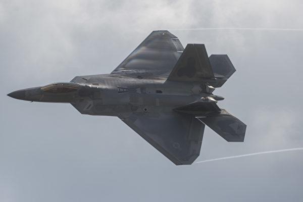 美國空軍本月將派遣25架F-22匿蹤戰機參與西太平洋軍演,被視為向中共傳達「強而有力的訊息」。圖為F-22戰鬥機。(ANDREW CABALLERO-REYNOLDS/AFP/Getty Images)