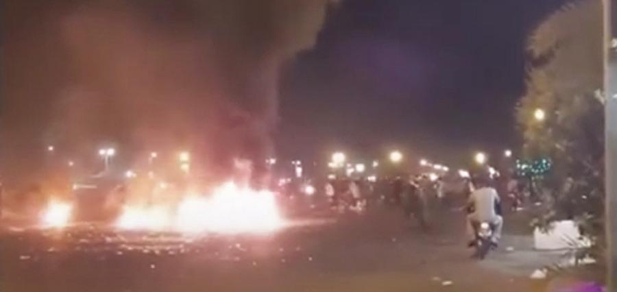 7月17日,伊朗因西南部缺水引發抗議,至少2名抗議民眾喪生。圖為抗議民眾在公路上焚燒輪胎。(影片截圖)