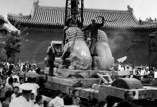 1978年葉劍英指,「文化大革命」整死了2,000萬人,受政治迫害者超過1億人。圖為1966年8月25日,「文革」期間,紅衛兵在北京街道上拆除兩隻石獅。(AFP)