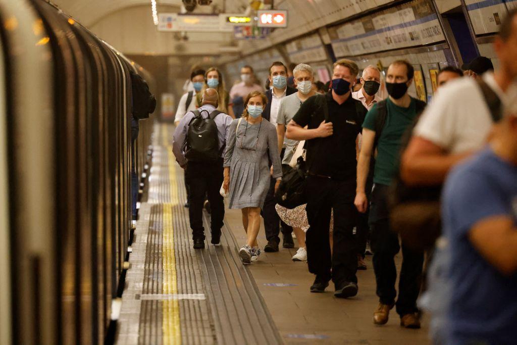 今(19日)英格蘭全面解封首日,民眾乘搭公共交通工具時仍須配戴口罩。(TOLGA AKMEN/AFP via Getty Image)