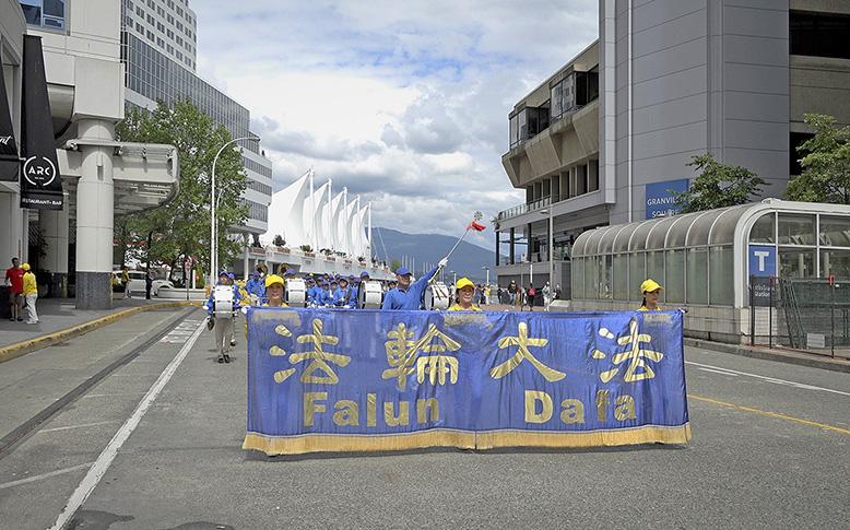 2021年7月17日,溫哥華部份法輪功學員在市中心舉行了大型反迫害遊行,呼籲停止迫害,結束中共暴政。(大宇/大紀元)