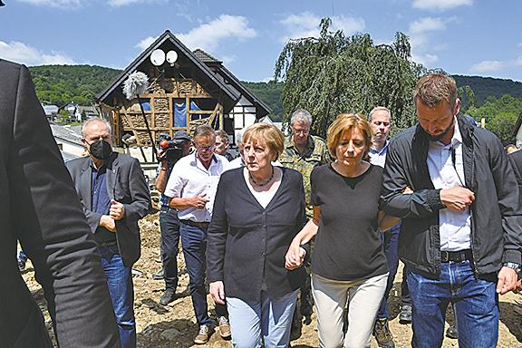 7月18日,德國總理默克爾,訪問洪災的重災區。(Getty Images)