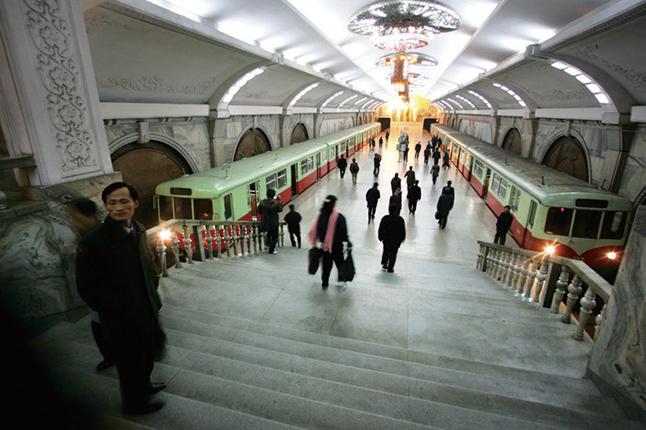 北韓不出一分錢、一個人,要求中共興建有戰備防空的平壤地鐵,成了世界上最深的地鐵系統。之後,金日成卻又翻臉不認帳。(AFP)