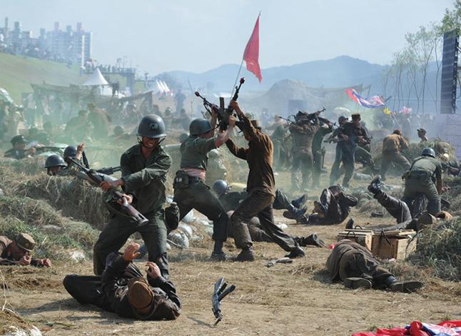 1950年6月25日,在毛澤東佈置重兵入朝參戰下,北韓發動了預謀已久的侵略南韓的戰爭,傷亡人數達百萬之多。(AFP)