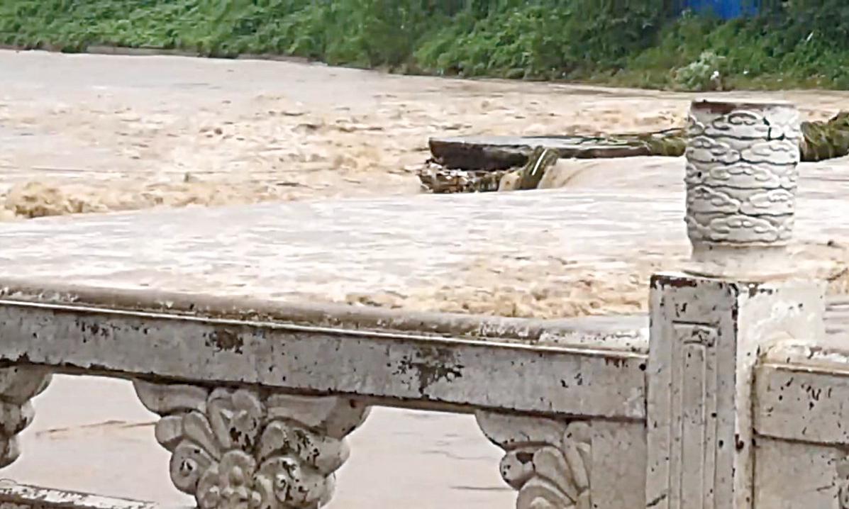 河北下暴雨,易縣大洪水沖毀縣城大橋。(影片截圖)