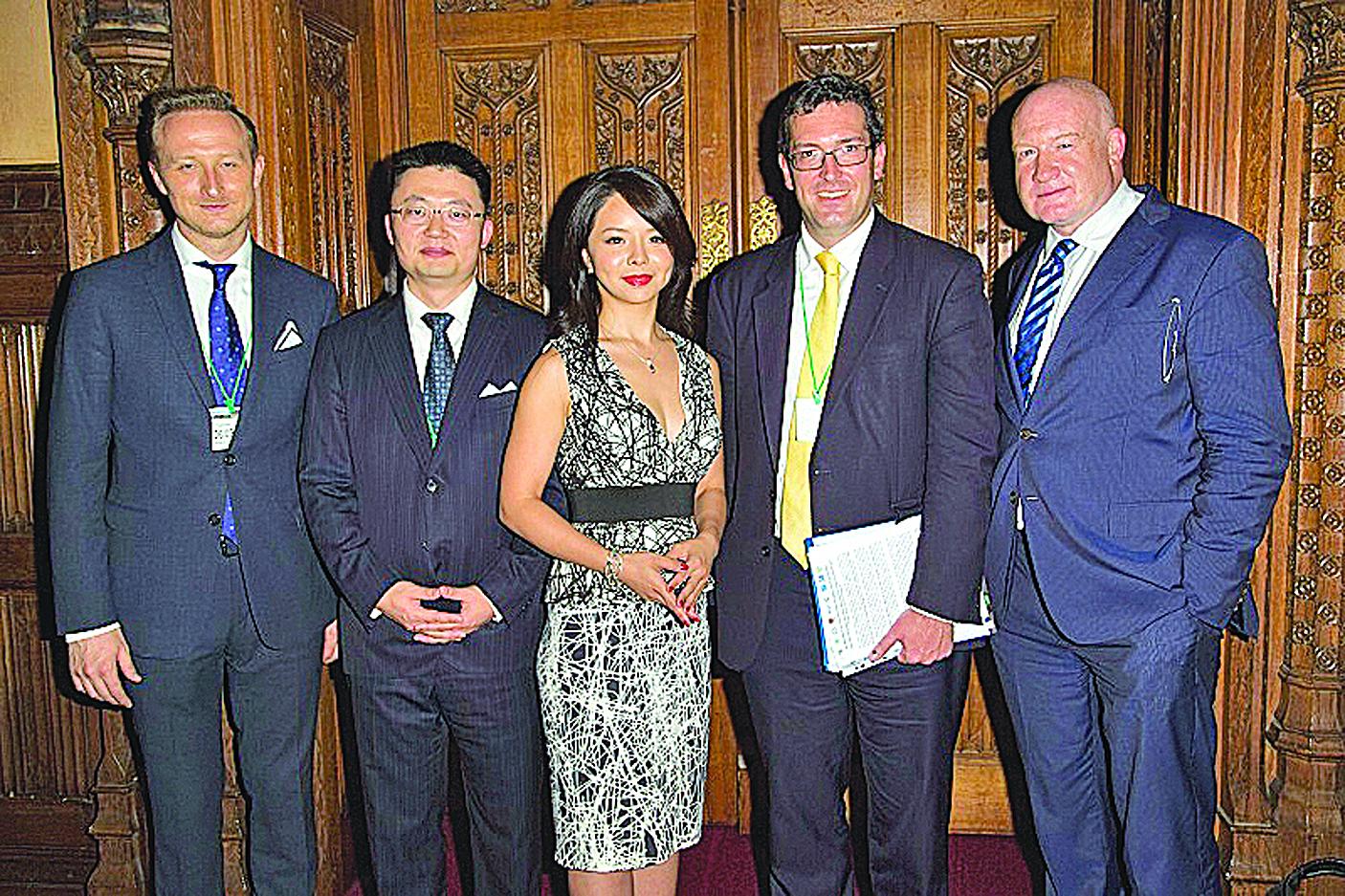 (右起)《大屠殺》作者葛特曼、英國議會跨黨派人權委員會副主席羅格斯、加拿大世界小姐林耶凡、《血刃》導演李雲翔、馬克傳媒首席執行官羅夫塔斯在首映禮上合影。(格羅斯/大紀元)