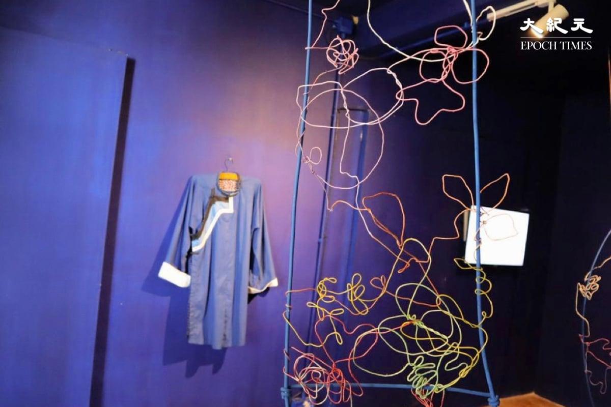 藝術屋裏以特製鋁線製成的藝術作品及一件台灣客家人的衣服。(樂賢/大紀元)