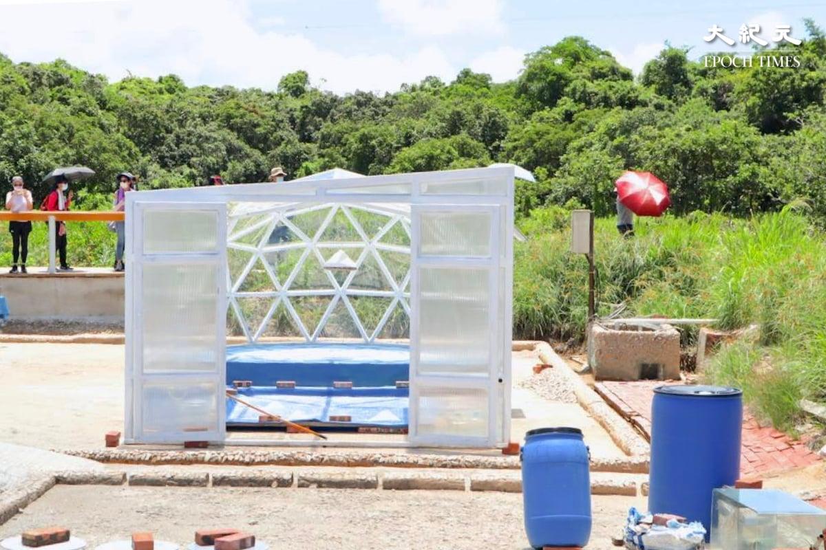 不受天氣影響的製鹽場所也是一件融合自然環境的藝術裝置。(樂賢/大紀元)