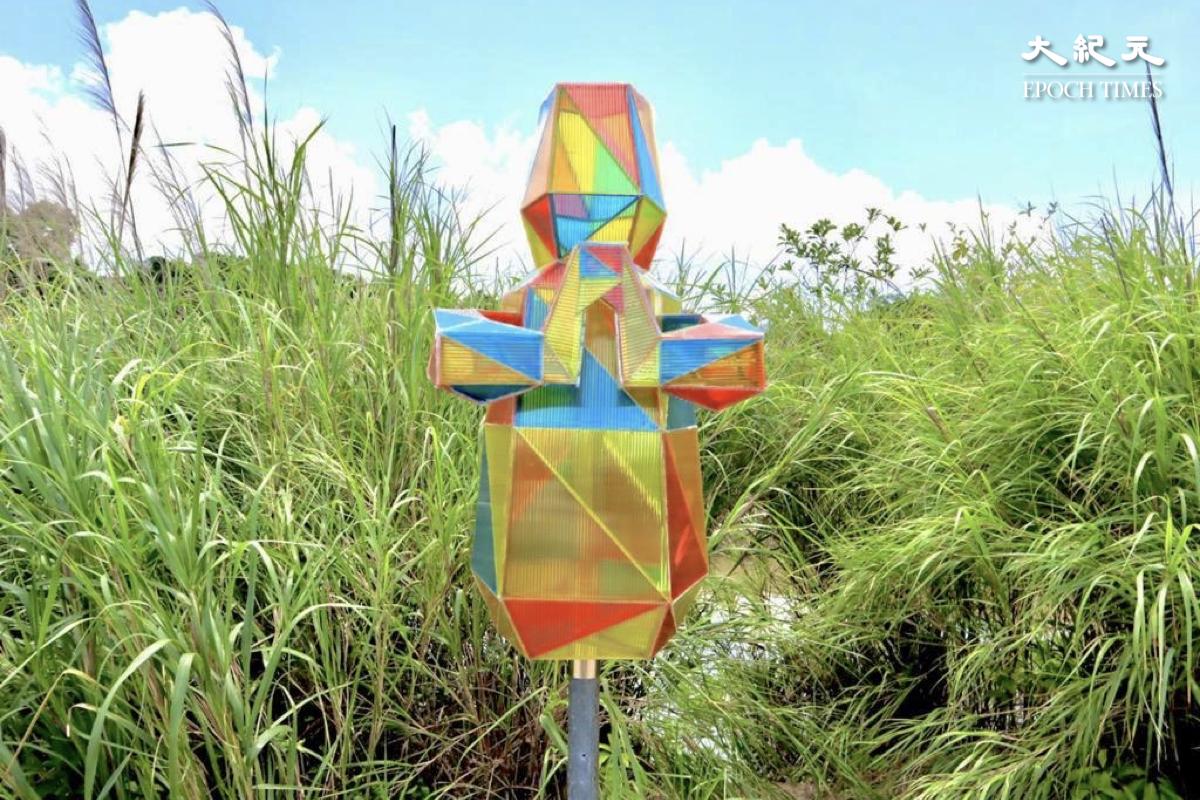 三個不同造型的「鹽田仔」,彩色的「鹽田仔」象徵村民慢慢因宗教得到精神上的豐足。(樂賢/大紀元)