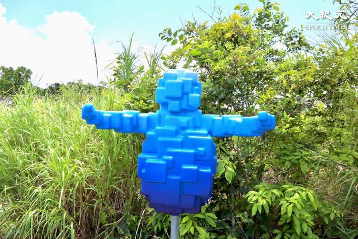 三個不同造型的「鹽田仔」,藍色的「鹽田仔」象徵近年村民積極投入復興鹽田梓。(樂賢/大紀元)