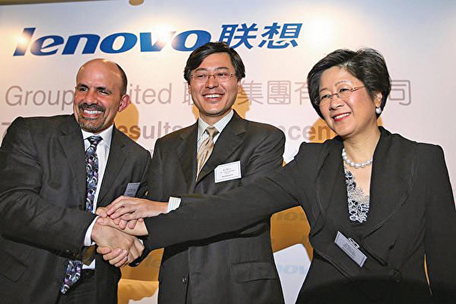 聯想集團董事會獨立非執行董事馬雪征曾給柳傳志當副手長達17年。圖為時任聯想高級副總裁的馬雪征(右)於2007年在香港出席聯想記者會。(MIKE CLARKE/AFP/Getty Images)