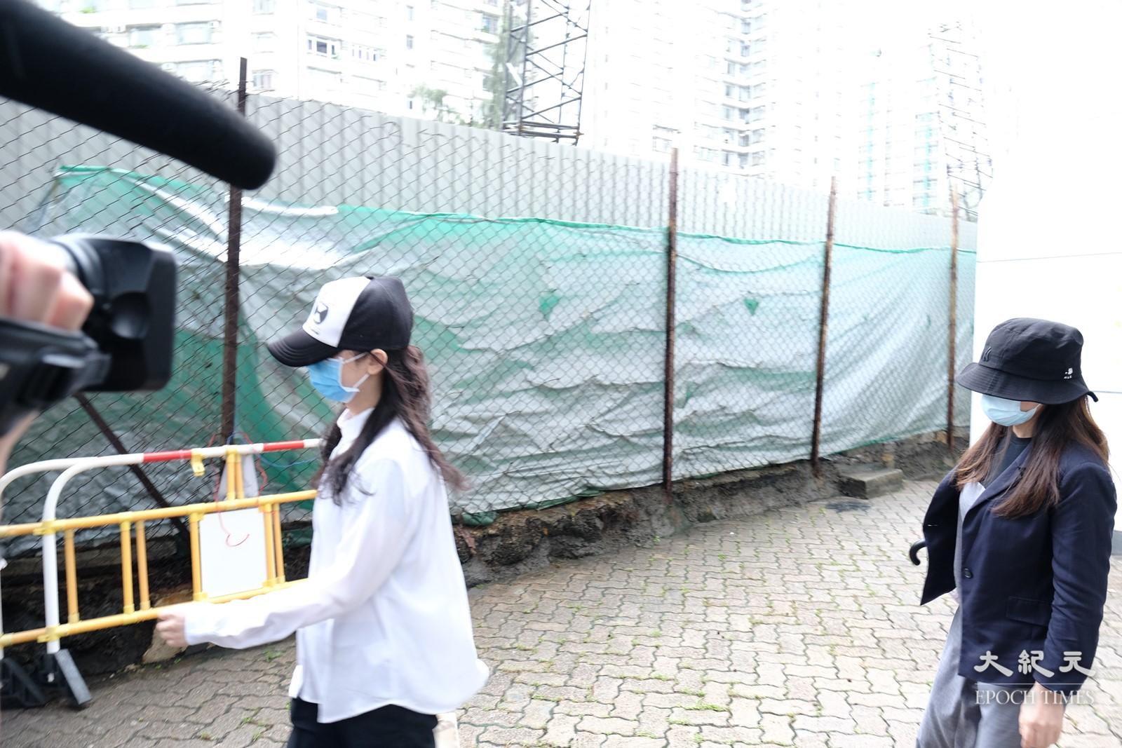 被告李亦晴(圖右)及元秋香(圖左)今日未有律師代表,案件押後九月再訊。(李榮忠/大紀元)