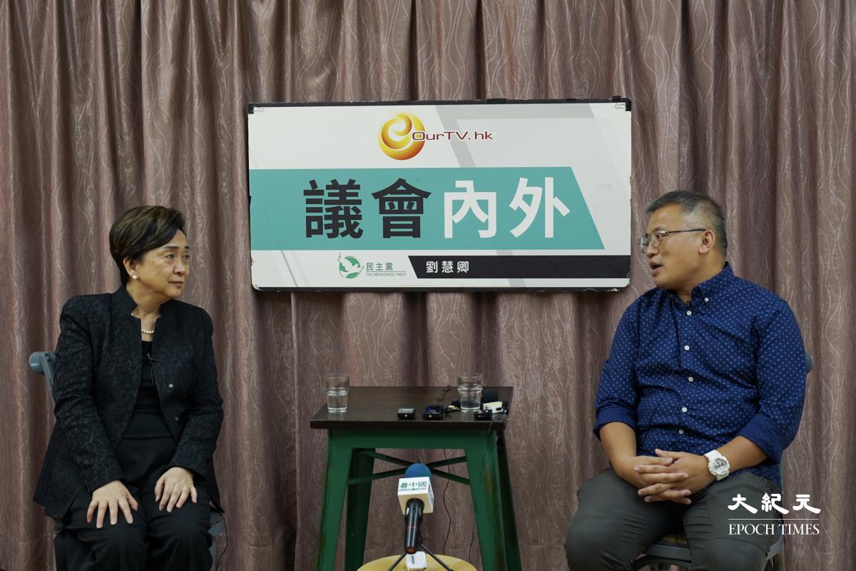 今天(21日)記者協會主席陳朗昇(右)出席劉慧卿(左)主持的網台節目《議會內外》,討論香港記者協會的最新年度報告和香港新聞自由的狀況。(朗星/大紀元)