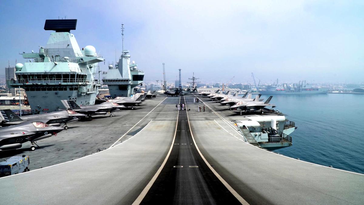 2021年7月1日,英國皇家海軍「伊麗莎白女王號」航母前往印太地區,途徑利馬索爾新港之。(Roy Issa / AFP / Getty Images)