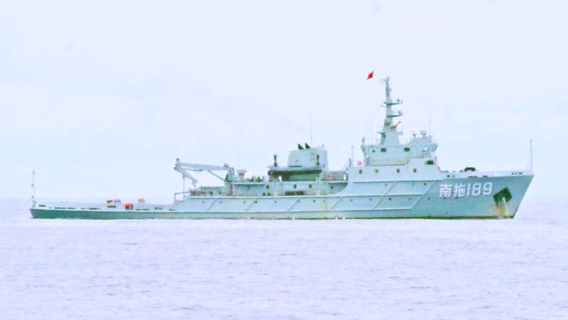 中共海军189号军舰,在巴拉望岛附近的菲律宾水域内被发现,并被海岸警卫队BRP Cabra号船警告驅離(图片来自菲律宾海岸警卫队)