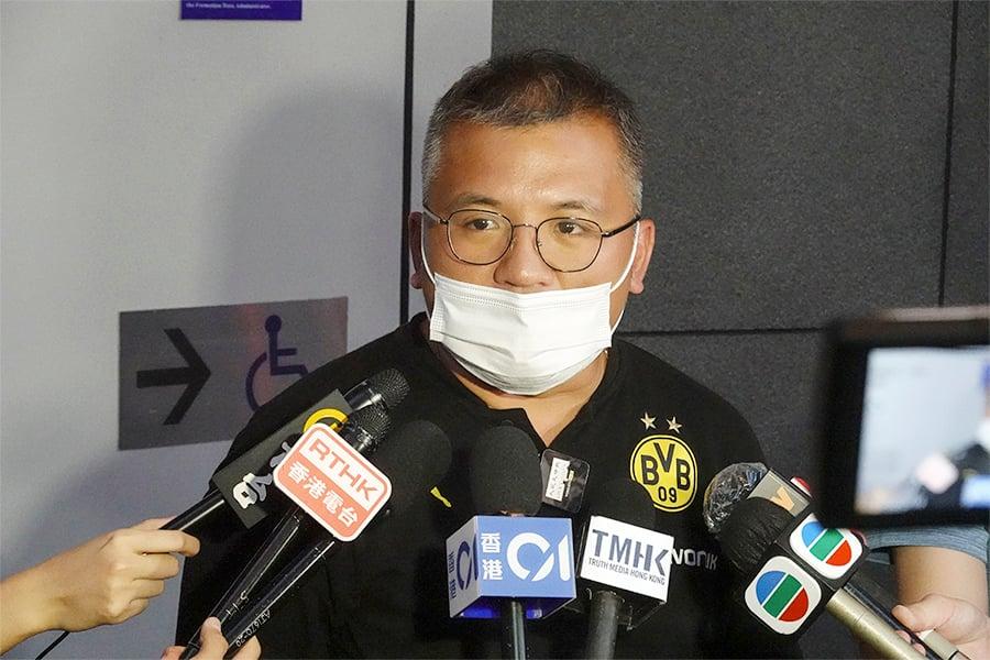 記者協會主席陳朗昇昨日見記者,指記協對當局一再針對同一間新聞機構的編採人員行徑表示憤慨。(余鋼/大紀元)