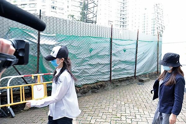 因被告李亦晴(右)及元秋香(左)昨日未有律師代表,案件押後九月再訊。(李榮忠/大紀元)