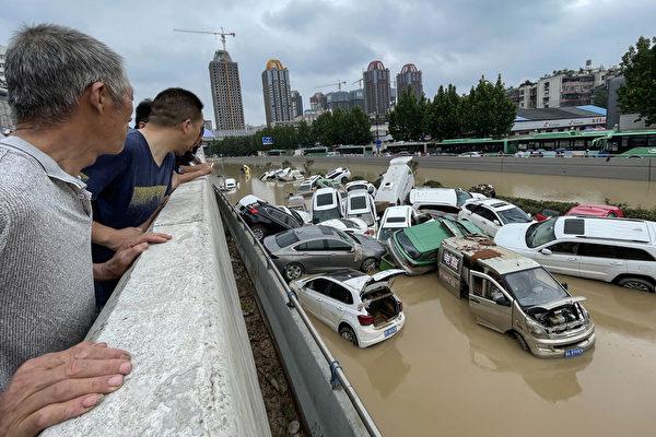 2021年7月20日,河南鄭州洪災造成大量傷亡;當晚官方才通報,毗鄰鄭州的常莊水庫已洩洪14小時。圖為2021年7月21日,河南省鄭州市,被洪水沖毀的汽車堆疊在一起。(STR/AFP via Getty Images)