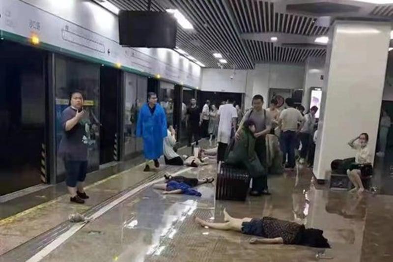 洪水退去之後,鄭州地鐵站月台上,車廂內屍體遍地。(影片截圖)