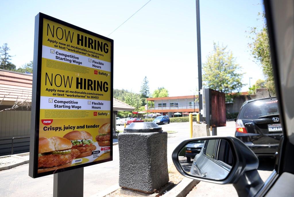 美國於當地時間7月22日公佈一周截至17/7的首領失業救濟金人數為41.9萬,按周增加了5.1萬人。(Justin Sullivan/Getty Images)