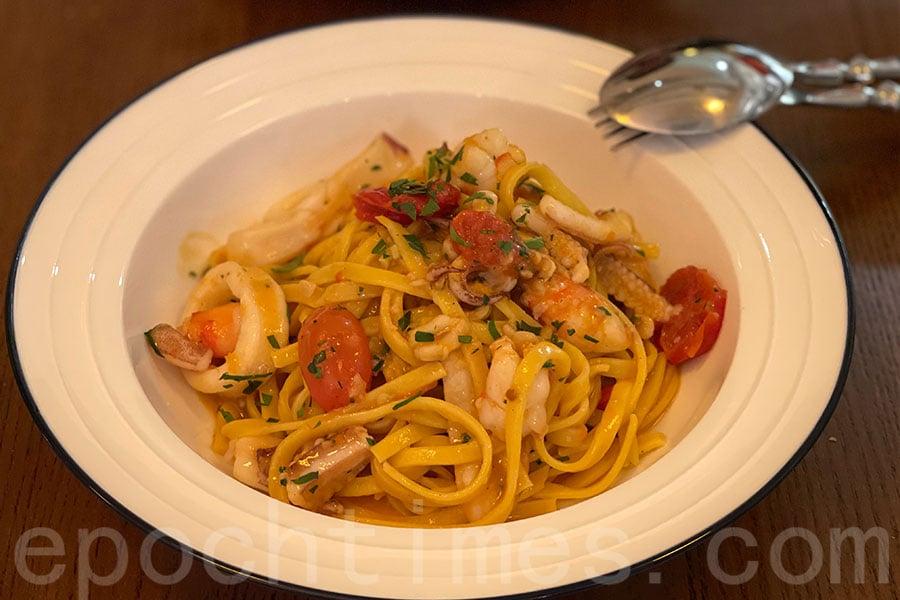 SEAFOOD TAGLIATELLE意大利扁麵條是手打的,吃起來口感特別有韌勁。(Siu Shan提供)