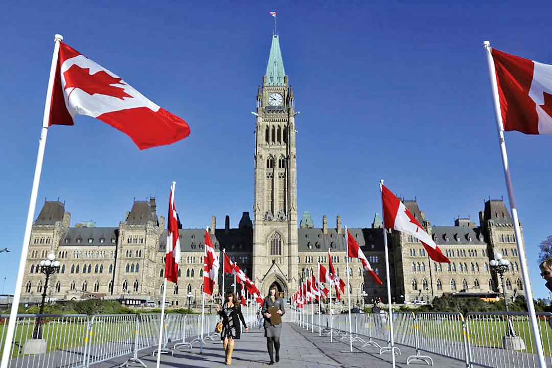 一眾港人與加拿大國會議員進行多場會面,遊說到國會議員再完善「救生艇」計劃,儘量簡化程序,再放寬條件,令更多港人受益。(LARS HAGBERG/AFP via Getty Images)