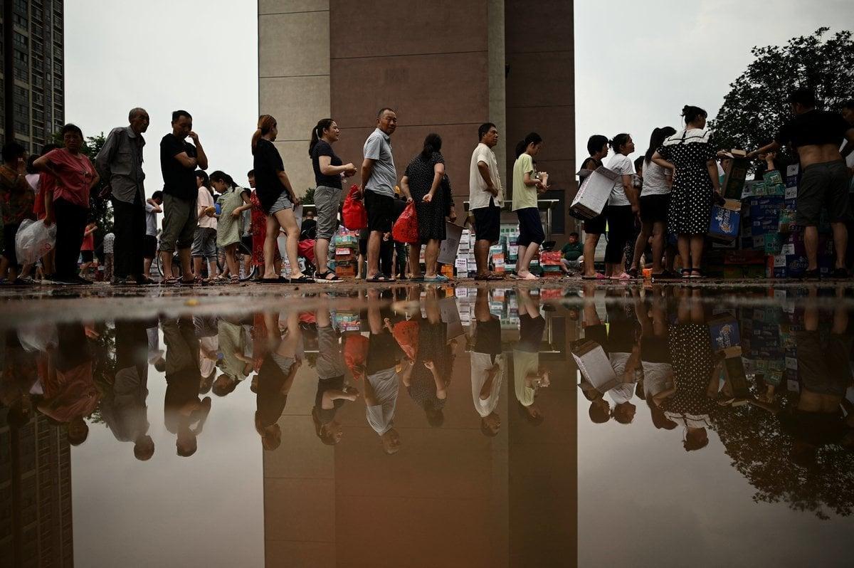近日河南省鄭州發生水災,相比以往四川大地震等,港人對於今次水災則熱心不再。(Photo by NOEL CELIS/AFP via Getty Images)