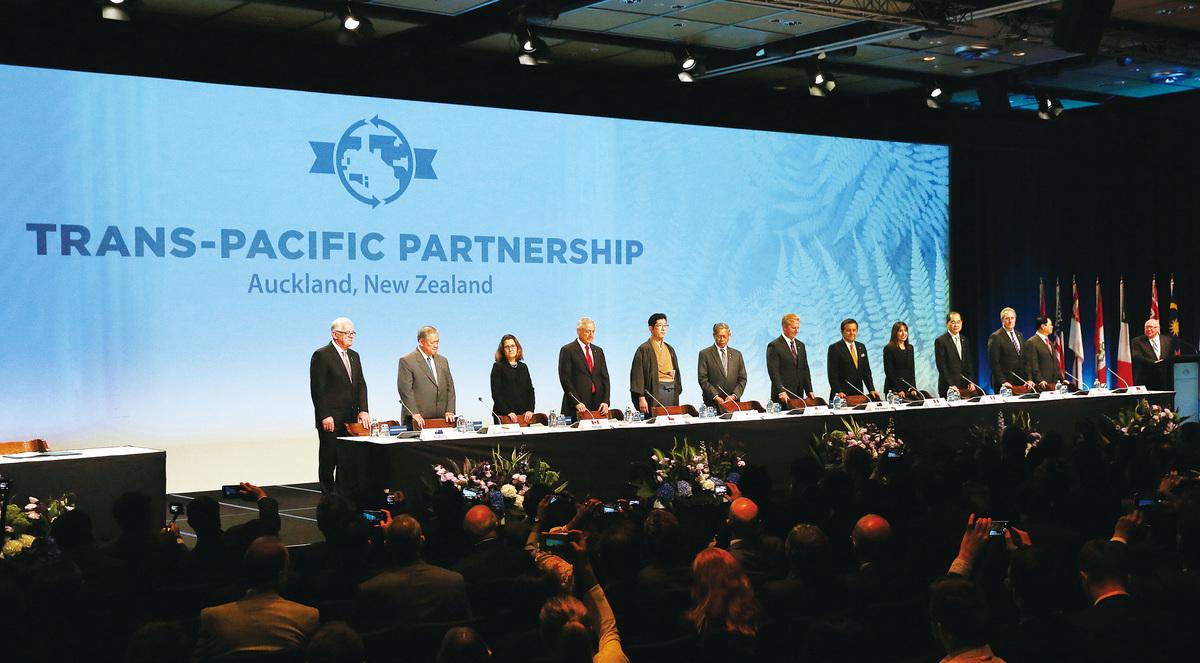 圖為今年二月,美國、日本、澳大利亞、汶萊、加拿大、智利、馬來西亞、墨西哥、紐西蘭、秘魯、新加坡和越南12個國家在紐西蘭城市奧克蘭正式簽署了TPP協議。(Getty Images)