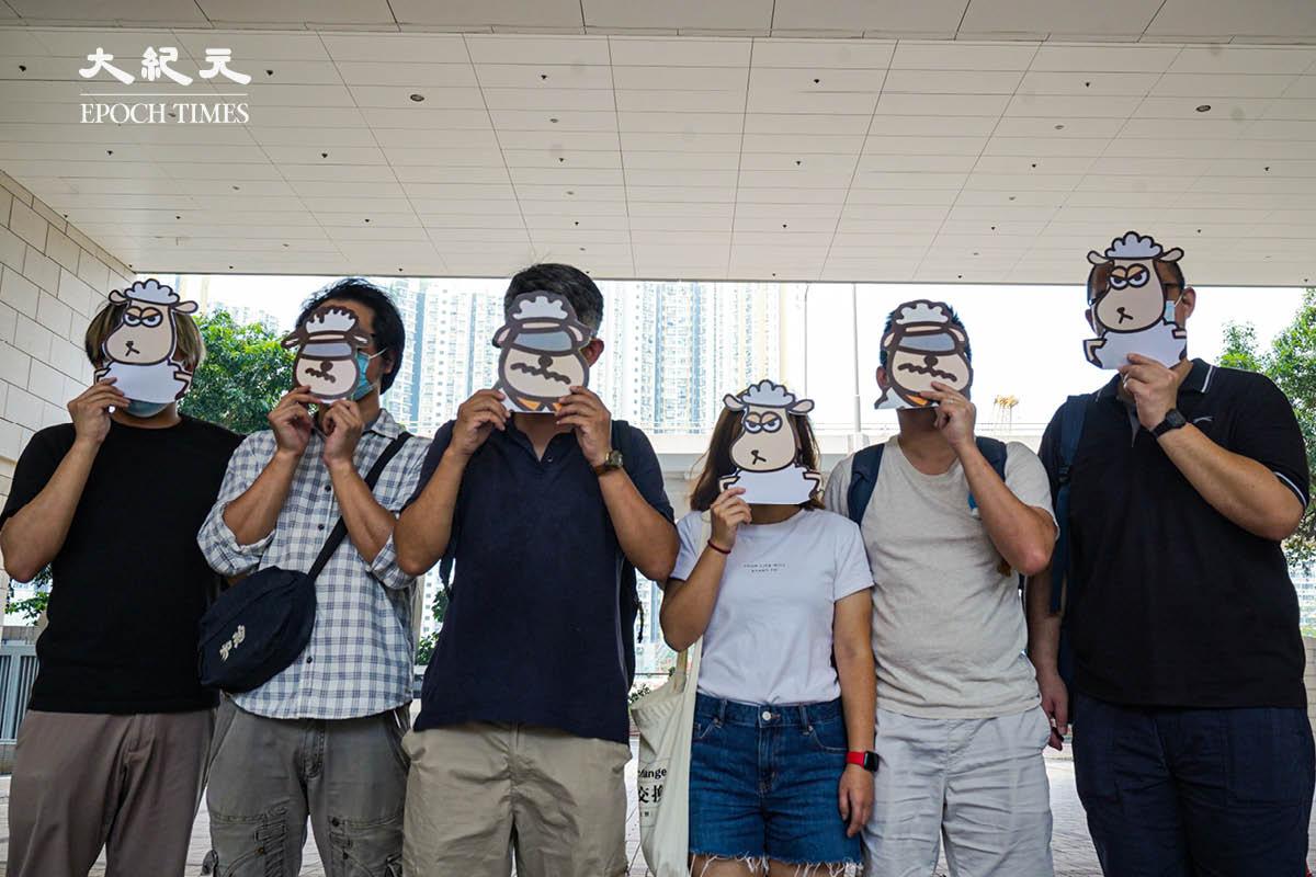 7月23日,在西九龍法院外,有人手持「羊」面具,聲援昨天被國安警拘捕的香港語言治療師工會5名成員。(朗星/大紀元)